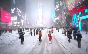 Casey Neistat dans les rues de New York sur son snowboard.