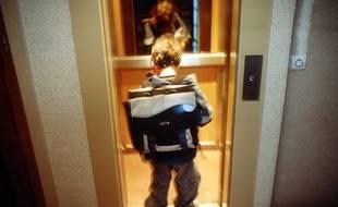Un enfant dans un ascenseur (illustration).