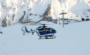 Un hélicoptère du PGHM part à la recherche de personnes disparues en montagne.