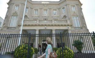 Une femme passe le 19 juillet 2015 devant la Section d'intérêts cubains à Washington, qui prend le rang d'ambassade de La Havane après le rétablissement officiel de relations diplomatiques entre les deux pays
