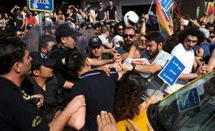 Affrontements entre policiers et participant à une Gay Pride, à Istanbul le 28 juin 2015
