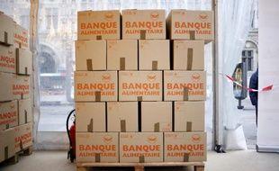 Des cartons de la banque alimentaire, prêts à être remplis des dons en nourriture, entreposés devant la mairie de Paris le 28 novembre 2014
