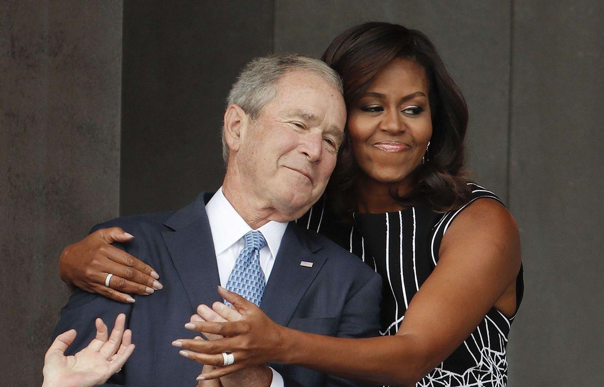 La première dame américaine Michelle Obama a furtivement pris dans ses bras George W. Bush à l'occasion de l'inauguration du musée de l'histoire afro-américaine à Washington, samedi 24 septembre 2016. Pablo Martinez Monsivais/AP/SIPA – Pablo Martinez Monsivais/AP/SIPA
