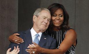 La première dame américaine Michelle Obama a furtivement pris dans ses bras George W. Bush à l'occasion de l'inauguration du musée de l'histoire afro-américaine à Washington, samedi 24 septembre 2016. Pablo Martinez Monsivais/AP/SIPA