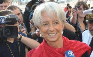 """La ministre de l'Economie, Christine Lagarde, fait le """"buzz"""" mercredi sur internet à cause d'une photographie retouchée où elle apparaît sans bijoux devant le viaduc des arts (Paris XIIe) en Une d'un journal local alors que la photo originale était prise ailleurs, avec des bijoux et devant des micros."""