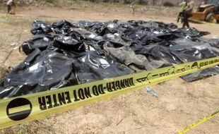 Des sacs contenant les corps de recrues chiites qui auraient été massacrées en 2014 par le groupe EI sont enetreposés sur la base militaire Speicher à Tikrit, en Irak, le 12 avril 2015
