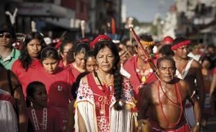 Lors de la journée des peuples autochtones de Guyane, à Cayenne avec au premier plan, Cécile Kouyouri , première femme chamane et cheffe coutumière.