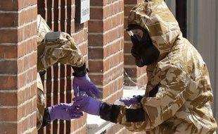 Des scientifiques enquêtent sur l'empoisonnement d'un couple de britanniques à l'agent Novitchok dans le quartier d'Amesbury.