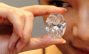 """Un diamant blanc de 118,28 carats, taillé en forme d'oeuf, a été vendu aux enchères pour 30,6 millions de dollars, a indiqué la maison Sotheby's, qui présentait cette pierre comme """"la plus formidable jamais proposée"""" parmi les diamants transparents."""