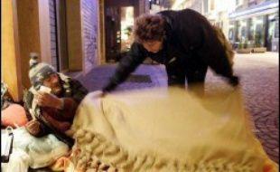 Le niveau 2 du plan grand froid, qui permet d'ouvrir des places d'hébergement supplémentaires pour les sans-abri, est désormais en vigueur dans 53 départements, selon un dernier bilan du ministère de la Cohésion sociale, établi dimanche vers 19H00.
