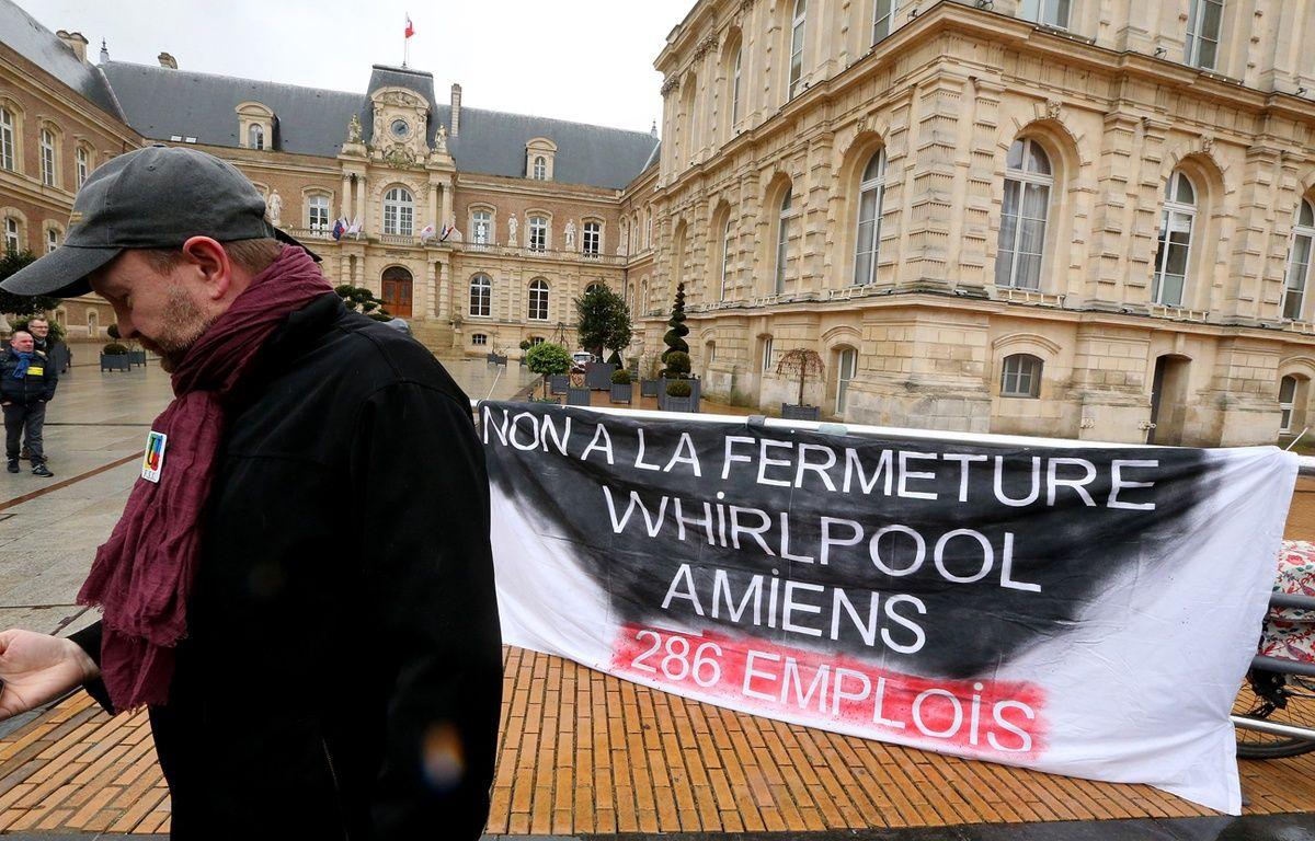 Salariés de Whirlpool devant l'hôtel de ville d'Amiens, début février 2017 – FRANCOIS NASCIMBENI / AFP