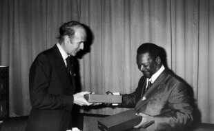 Jean-Bedel Bokassa et Valéry Giscard d'Estaing, en 1975.
