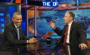 """Le président américain Barack Obama discute avec Jon Stewart, sur le plateau du """"Daily Show"""", à New York, le 21 juillet 2015, invité pour la 7e fois, la 3e dans le costume de président"""