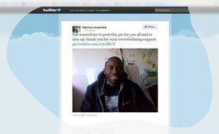 Une photo de Fabrice Muamba, la première depuis l'accident cardiaque dont le joueur de Bolton a été victime en plein match le 17 mars, a été publiée vendredi sur Twitter.