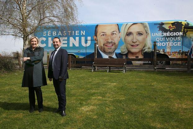 Sébastien Chenu, tête de liste RN aux régionales des Hauts-de-France, pose avec Marine Le Pen devant son bus de campagne