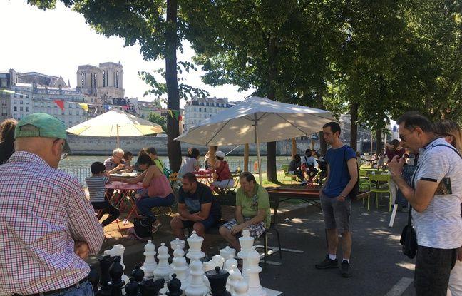Un jeu d'échecs géant est proposé sur les berges de la Seine, au coeur de Paris.