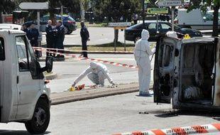 Des enquêteurs travaillent sur les lieux où une policière municipale a été tuée et une automobiliste gravement blessée dans une fusillade à Villiers-sur-Marne le 20 mai 2010.