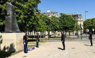 Le président français Emmanuel Macron et la maire de Paris, Anne Hidalgo (à droite), assistent à une cérémonie marquant le 106e anniversaire du génocide arménien pendant la Première Guerre mondiale à Paris, le 24 avril 2021.