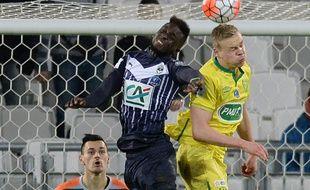 Lamine Sané, en plein duel, sous le regard de son gardien, Jérôme Prior, avec lequel il se battra quelques minutes plus tard, lors du match Bordeaux-Nantes, disputé le 10 janvier 2016. / AFP / NICOLAS TUCAT
