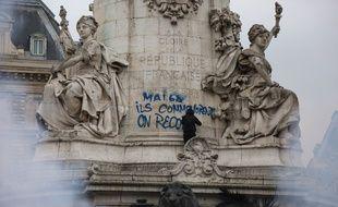 Un slogan, tagué sur la statue de la place de la République lors de la manifestation du 22 mars dernier.