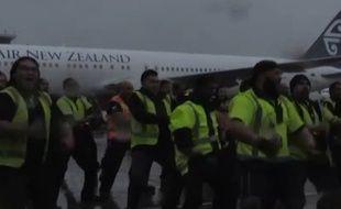 Le personnel de l'aéroport d'Auckland a réservé un haka d'accueil aux All-Blacks.