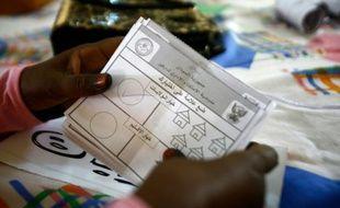 Le décompte des bulletins après le référendum sur le maintien de la structure du Soudan en cinq Etats, à El-Fasher, le 14 avril 2016