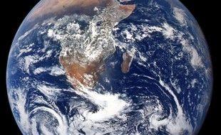 Photo diffusée par la Nasa le 21 avril 2020, montrant la Terre  depuis Apollo 17, en route vers la Lune, le 7 décembre 1972.