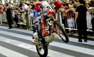 Un pilote assure le spectacle lors de la parade des concurrents du Dakar dans les rues de Buenos Aires, le 2 janvier 2009.