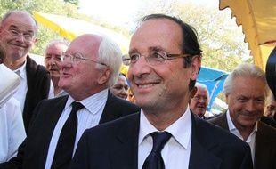François Hollande accompagné de Michel Vauzelle, à sa droite, le 1er octobre 2011 sur un marché à Arles.