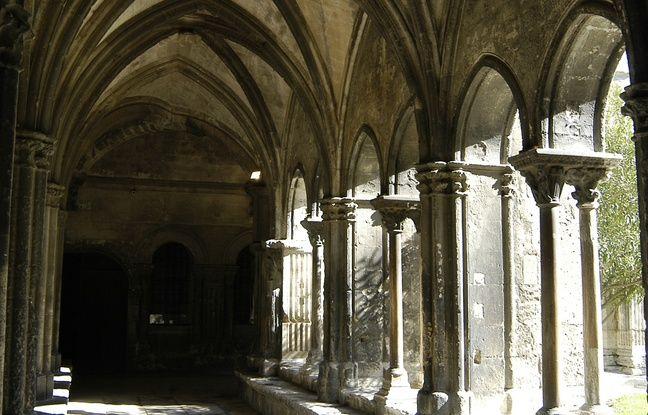 Superbe exemple d'architecture romane, l'église Saint Trophime possède un magnifique cloître, où il fait toujours bon se recueillir.