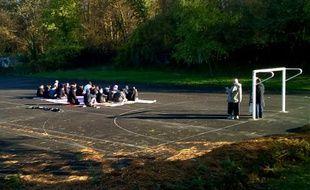 Des musulmans de Lagny-sur-Marne prient le 4 décembre 2015 sur un terrain de sport deux jours après une opération policière d'envergure et la fermeture de leur mosquée