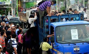 La foule se rue le 28 juillet 2015 à San Salvador, la capitale du Salvador, sur un camion de l'armée mis à disposition de la population en raison d'une grève imposée aux transports publics par les gangs de ce pays de l'Amérique centrale