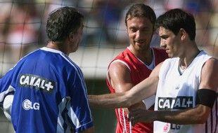 Robert Pirès aux côtés de Christophe Dugarry et de Roger Lemerre, au camp de base des Bleus lors de l'Euro 2000.