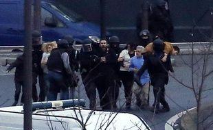 Les otages de la supérette Hyper Cacher évacués par les forces spéciales de la police le 9 janvier 2015 porte de Vincennes à l'est de Paris