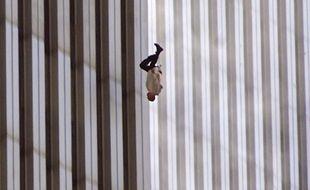 """""""The Falling Man"""", cliché saisi par le photographe Richard Drew, est l'une des seules images montrant une victime des attentats du 11 septembre 2001 (Etats-Unis) en train de mourir."""