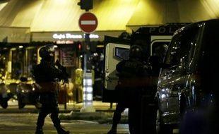 Des policiers devant le Bataclan le 13 novembre 2016 à Paris