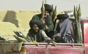 Des talibans gardent le côté afghan de la frontière à Chaman, à la frontière avec le Pakistan, le 28 octobre 2001