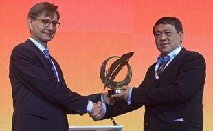 Le patron de Eleven Media, Than Htut Aung (à droite), reçoit la Plume d'or de la Liberté 2013  des mains de Eric Bjerager (à gauche), président du Forum mondial des éditeurs, à Bangkok, le 3 juin 2013.