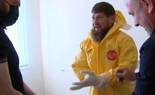 Le dirigeant tchétchène, Ramzan Kadyrov, en visite dans un hôpital de Grozny le 20 avril 2020.