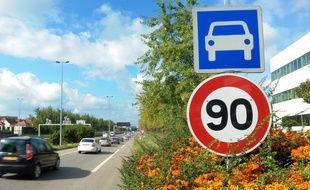 Un panneau 90 km /heure, illustration