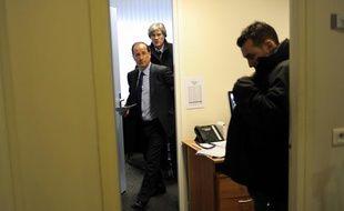 François Hollande sort de son bureau le jour de l'inauguration de son QG de campagne, le 11 janvier 2012.
