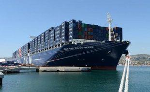 Le CMA CGM Jules Verne, le plus grand porte-containeurs au monde battant pavillon français, le 4 juin 2013 à Marseille