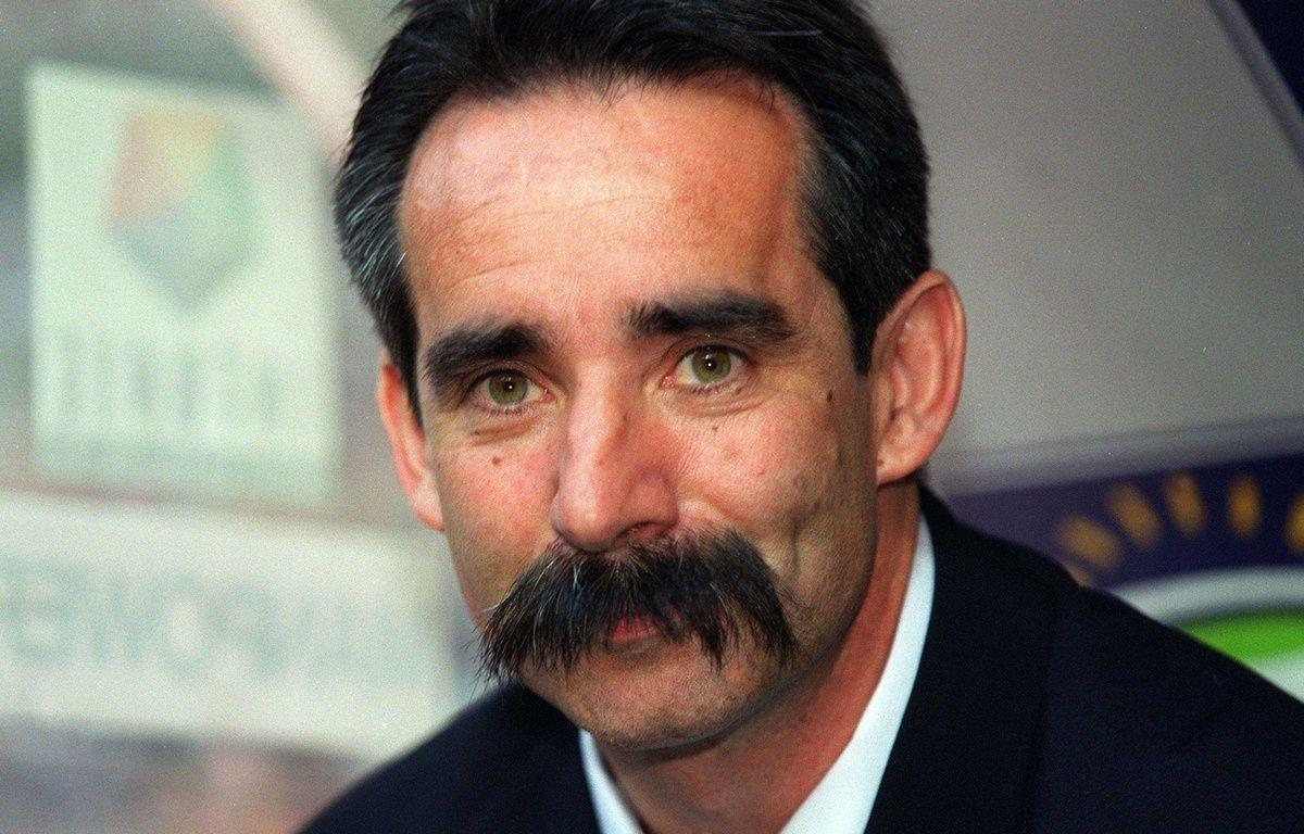 Denis Troch, l'une des moustaches les plus célèbres du sport français, ici le 26 mai 2001 au Stade de France.  – LEFEVRE SYLVAIN/SIPA