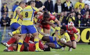 Clermont l'a emporté in extremis face à Toulon (24-21), samedi, lors de la 11e journée de Top 14, profitant d'une grossière faute de Matt Giteau, mais le club varois reste leader du Top 14 avec son vainqueur du jour sur les talons.