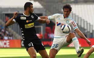 Paolo De Ceglie à la lutte avec Romain Saiss face à Angers le 27 septembre à Marseille.
