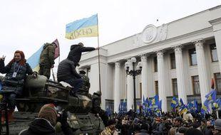 Une manifestation devant le Parlement ukrainien à Kiev en Ukraine jeudi 27 février.