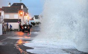 Une vague à l'Ile-Tudy, dans le Finistère, le 3 janvier 2014.