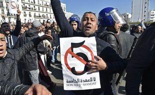 Un manifestant opposé  à la nouvelle candidature d'Abdelaziz Bouteflika, vendredi 22 février à Alger.