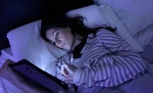 En cas de réveil nocturne, consulter sa tablette ou son smartphone est une mauvaise idée.