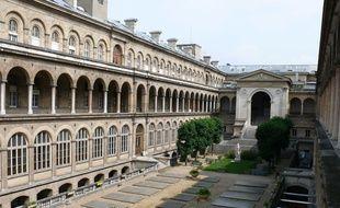 L'Hôtel-Dieu, plus vieil hôpital de Paris, sera partiellement cédé à un promoteur immobilier (Novaxia) pour 144 millions d'euros via un bail de 80 ans.